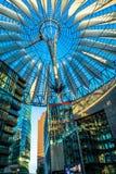 Berlín, Alemania - 25 de mayo de 2015: Sony Center en Berlín en la puesta del sol con un cielo claro azul Fotografía de archivo libre de regalías