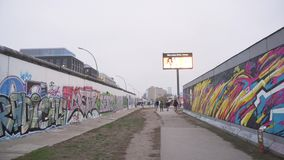 Berlín, Alemania - 22 de noviembre de 2018: Cacerola tirada de los restos de Berlin Wall almacen de metraje de vídeo