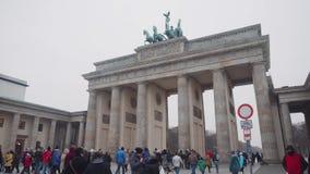 Berlín, Alemania - 24 de noviembre de 2018: La muchedumbre de turistas camina en cuadrado cerca de la puerta de Brandeburgo almacen de metraje de vídeo