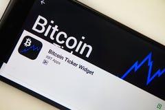 Berlín, Alemania - 19 de noviembre de 2017: Uso del aparato del teletipo de Bitcoin en la pantalla del primer moderno del smartph foto de archivo libre de regalías