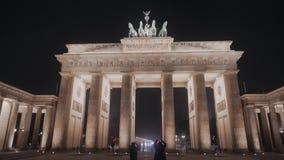 BERLÍN, ALEMANIA - 23 DE NOVIEMBRE DE 2018: Vista nocturna de la puerta de Brandeburgo en Berlín almacen de video