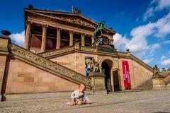 BERLÍN, ALEMANIA - 24 de septiembre de 2015 - musa vieja de la galería nacional Imágenes de archivo libres de regalías