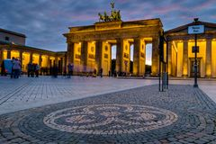 BERLÍN, ALEMANIA - 23 DE SEPTIEMBRE DE 2015: Tor famoso de Brandenburger Foto de archivo libre de regalías