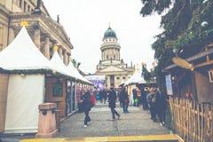 BERLÍN, ALEMANIA - DICIEMBRE 06,2017: Mercado de la Navidad, Deutscher Foto de archivo