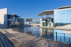 BERLÍN, ALEMANIA, FEBRERO - 13, 2017: Los edificios modernos del gobierno sobre el río de la diversión Foto de archivo