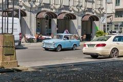 BERLÍN, ALEMANIA - JULIO 14,2018: Coche trabante del vintage alemán típico en el cuadrado de Gendarmenmarkt Es un automóvil que e foto de archivo libre de regalías