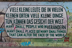 BERLÍN, ALEMANIA - JULIO DE 2015: Pintada de Berlin Wall vista el 2 de julio fotografía de archivo
