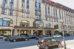 BERLÍN, ALEMANIA - JULIO 14,2018: Hilton Hotel en el cuadrado de Gendarmenmarkt Hilton Hotels es una cadena internacional del ser foto de archivo