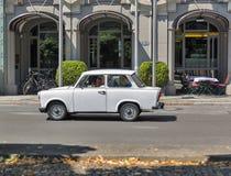 BERLÍN, ALEMANIA - JULIO 14,2018: Paseos alemanes típicos de la familia en el coche trabante en el cuadrado de Gendarmenmarkt Es  imagenes de archivo
