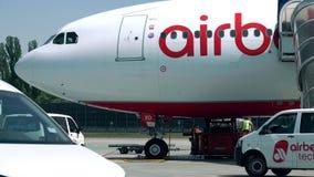 BERLÍN, ALEMANIA - MAYO, 18, 2017 Avión comercial de Air Berlin que es mantenido antes de vuelo en el aeropuerto vídeo 4K metrajes