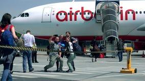 BERLÍN, ALEMANIA - MAYO, 18, 2017 Pasajeros que hacen el selfie y que suben al avión de pasajeros de Air Berlin en el aeropuerto Fotos de archivo libres de regalías