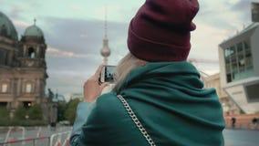 BERLÍN, ALEMANIA - octubre de 2018: Fotografías turísticas de la muchacha en vistas de un smartphone en la capital de Alemania almacen de metraje de vídeo