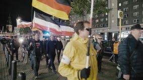BERL?N, ALEMANIA - octubre de 2018: La demostraci?n con las banderas de la rep?blica alemana y de los neonazis del Tercer Reich a almacen de video