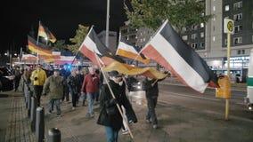 BERL?N, ALEMANIA - octubre de 2018: La demostraci?n con las banderas de la rep?blica alemana y de los neonazis del Tercer Reich a almacen de metraje de vídeo