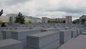 BERLÍN, ALEMANIA - octubre de 2018: Panorama de la cámara lenta del monumento a los judíos asesinados de Europa en el centro d metrajes