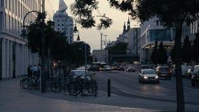 Berlín: Conducción de automóviles cerca en Kantstrasse en Charlottenburg en la luz de igualación metrajes