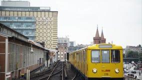 BERLÍN - 21 DE AGOSTO: Cerrado abajo de tiro de un puente de llegada de Oberbaum de la tranvía amarilla metrajes