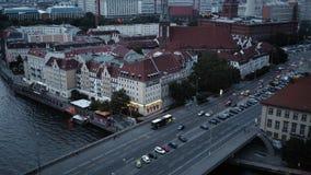 BERLÍN - 21 DE AGOSTO: En tiempo real cerrada abajo de la visión superior tiró de la torre de la TV tráfico metrajes