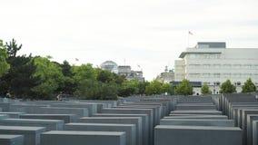 BERLÍN - 21 DE AGOSTO: La cacerola en tiempo real tiró del monumento del holocausto, banderas almacen de video