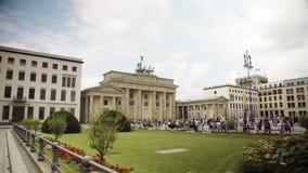 Berlín - 21 de agosto: Tiro medio en tiempo real de la puerta y de los turistas de Brandeburgo almacen de metraje de vídeo