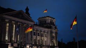 BERLÍN - 21 DE AGOSTO: UE, banderas alemanas en el Parlamento alemán, el 21 de agosto de 2017 en Berlín metrajes