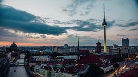 BERLÍN - 15 DE SEPTIEMBRE: Ciudad Timelapse del horizonte con tráfico, el 15 de septiembre de 2017 en Berlín, Alemania Suset