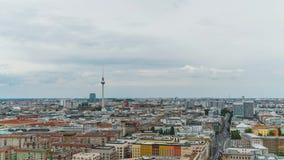 BERLÍN - 15 DE SEPTIEMBRE: Timelapse tiró de Berlín de los rascacielos de Potsdamer Platz, el 15 de septiembre de 2017 en Berlín, metrajes
