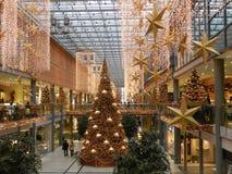 BERLÍN, el 18 de diciembre. Centro comercial de la decoración de la Navidad en Berlín Foto de archivo libre de regalías