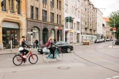Berlín, el 2 de octubre de 2017: Dos muchachas desconocidas jovenes que montan las bicicletas a lo largo de la calle de Berlín Fotos de archivo