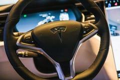 Berlín, el 2 de octubre de 2017: Interior de un modelo X de Tesla del coche eléctrico Imágenes de archivo libres de regalías