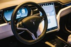 Berlín, el 2 de octubre de 2017: Interior de un modelo X de Tesla del coche eléctrico Fotos de archivo libres de regalías