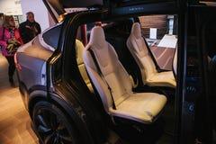 Berlín, el 2 de octubre de 2017: Presentación de un modelo X de Tesla del vehículo eléctrico en el salón del automóvil de Tesla e fotos de archivo