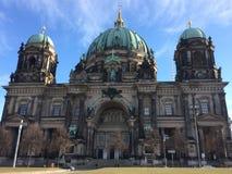 Berlín que camina y que visita el dom de la catedral Fotos de archivo