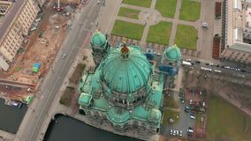 Berl?n, Alemania - 28 de marzo de 2019 Silueta del hombre de negocios Cowering Berlin Cathedral 4K almacen de metraje de vídeo