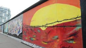 Berl?n, Alemania 8 de mayo de 2019 - arte de la pintada en el muro de Berl?n Berlin Wall era muro de cemento que separaba Berl?n  almacen de metraje de vídeo