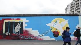 Berl?n, Alemania 8 de mayo de 2019 - arte de la pintada en el muro de Berl?n Berlin Wall era muro de cemento que separaba Berl?n  almacen de video