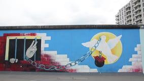 Berl?n, Alemania 8 de mayo de 2019 - arte de la pintada en el muro de Berl?n Berlin Wall era muro de cemento que separaba Berl?n  metrajes
