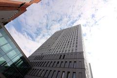 Berl?n, Alemania, el 13 de junio de 2018 Edificios modernos de la nueva Berl?n El cielo se duplica en una ventana imagen de archivo libre de regalías
