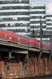 Berl?n, Alemania, el 13 de junio de 2018 El tren pasa sobre el puente del río En los edificios modernos del fondo fotografía de archivo libre de regalías