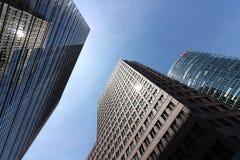 berl?n 06/14/2018 Rascacielos de Potsdamer Platz en el fondo del cielo azul imagenes de archivo