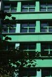 berl?n 06/14/2008 Un edificio moderno con una fachada verde foto de archivo