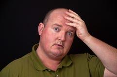 Überladener Mann mit schweren Gedanken auf seinem Verstand Stockbilder
