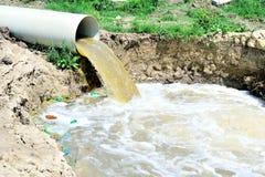 Überlauf des verschmutztes Wasser Stockbild