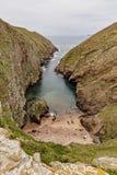 Berlengas-Inseln, Portugal - kleiner Strand und Schlucht stockbild