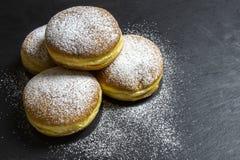 Berlińczyk pączków donuts tradicional Europejska piekarnia dla fasching carneval czas zdjęcie stock
