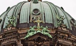 Berlińska katedra: architektoniczny szczegół brązowa kopuła Obrazy Royalty Free