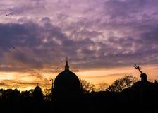 Berlińska katedra i Neptune fontanna pod dramatycznym niebem obraz royalty free