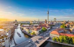 Berlińska linia horyzontu z bomblowanie rzeką przy zmierzchem, Niemcy obrazy stock