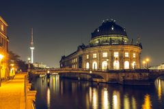 Berlińska muzeum wyspa nocą i rzeki bomblowanie z TV Górujemy fotografia stock