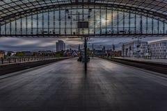 Berliński hbf dworzec Niemcy 31-8-2018 Widok platforma w wczesnym poranku przy wschód słońca, dokąd ludzie czekać na pociąg zdjęcia royalty free